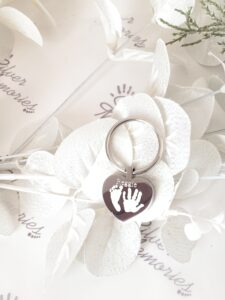 Keyring with a heart shaped pendant engraved with hand or foot prints